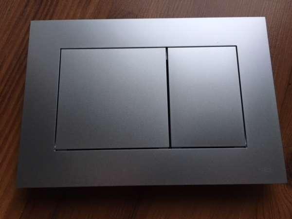 Plastikowy, kwadratowy przycisk spłukujący do wc TeceNow 9.240.402 chrom matowy - pasuje do wszystkich spłuczek podtynkowych marki Tece.-image_Tece_9.240.402_1