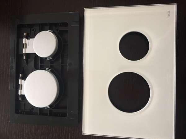 Tece Loop moduł uruchamiający w kolorze białego szkła z matowymi przyciskami